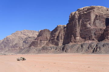 Geländewagen im Wadi Rum in Jordanien