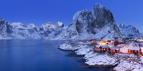 Fototapete - Norwegian fisherman's cabins on the Lofoten at dawn in winter
