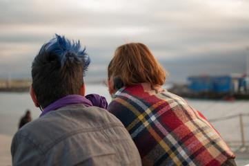 Mujeres de espalda mirando al mar