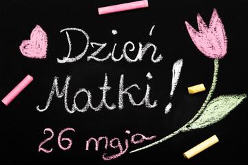 Fototapeta Kolorowa laurka z okazji Dnia Matki narysowana kredą na tablicy szkolnej.  obraz