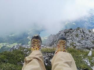 Dangling am Gipfel der Bergwanderung Bergsteigen, Füße über Abgrund Tirol Österreich