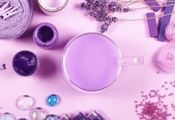 предметы фиолетовые для творчества стоят на столе