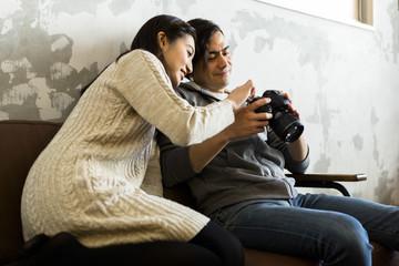 写真を見る若い夫婦