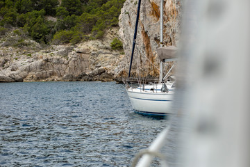 Fotomurales - Boat sailing at rock