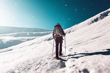 Junge Frau geht im Winter wandern bei Schnee