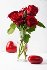 Fototapete - Red fresh roses on the white table