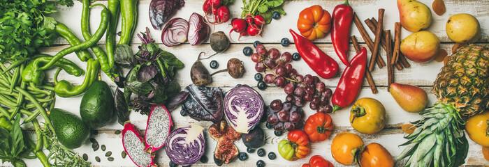 Helathy surowy weganin karmowy kulinarny tło. Płaskie świeckich owoców, warzyw, zieleni, pożywienie na biały prosty drewniany stół, widok z góry. Czyste jedzenie, dieta alkaliczna, wegetariańska koncepcja