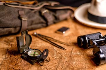 alte Karte mit Fernglas und Kompass