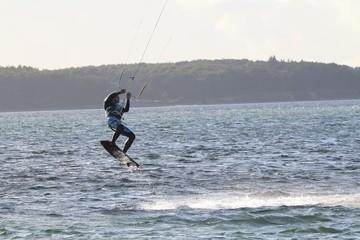 Kitesurfer im Sprung, kitesurf, kiteboarding,