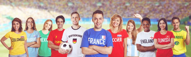 Französischer Fussball Fan im Stadion mit Gruppe internationaler Fans