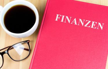 """Buch mit der Aufschrift """"Finanzen"""""""