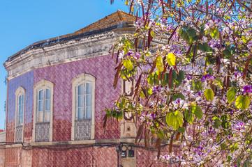 Haus mit Azulejo-Fassade in Silves, Portugal