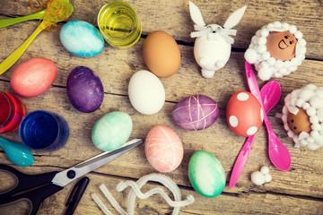 Bastelideen für Ostern, Ostereier färben und dekorieren, Flatlay auf Holz