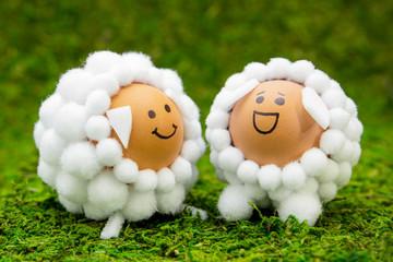 Basteln im Frühling und Ostern, Tierfiguren Schafe auf grünem Moos