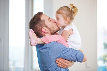 Vater und Tochter küssen sich