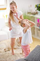 Kinder spielen zu Hause im Wohnzimmer