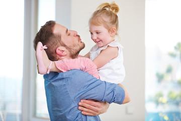 Vater und Tochter haben Spaß zu Hause