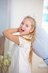 Kind mit Kopfkissen macht Kissenschlacht