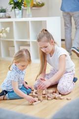 Kinder spielen mit Bausteinen aus Holz