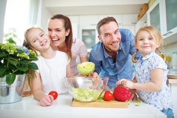 Familie lebt vegan mit Gemüse