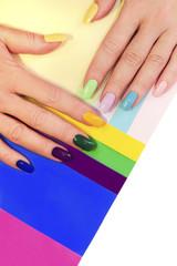 Разноцветный полосатый маникюр.