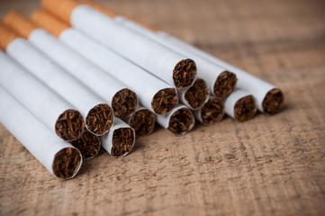 cigarettes sur table en bois
