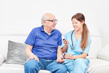 Krankenschwester beim Blutzucker messen