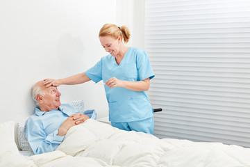 Krankenschwester beim Fieber messen