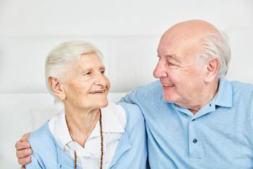 Glückliches Paar Senioren umarmt sich zu Hause