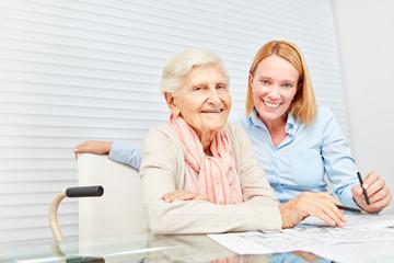 Seniorin und junge Frau machen Gedächtnistraining