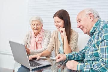 Senioren Paar macht einen Computerkurs