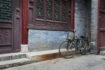 Stores à enrouleur Xian A bicycle parked against an ornamented wall in the Great Mosque in the city of Xian, China, Asia
