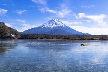Fototapete - 結氷した精進湖と富士山
