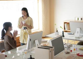 オフィスで仕事をする2人の女性