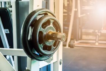 Waga w siłowni fitness. Selektywna ostrość.