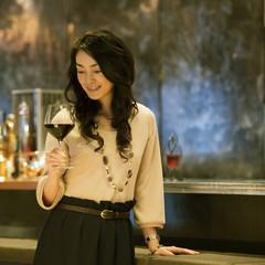 ワイングラスを持ち微笑む女性