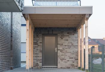 Moderner Carport mit Tür in anthrazit und Solaranlage