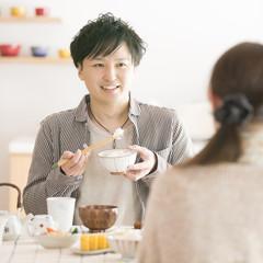 ご飯を食べるカップル