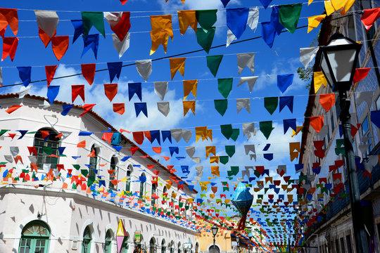 casarões antigos e bandeiras de São João