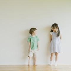 顔を見合わせるハーフの男の子と日本人の女の子