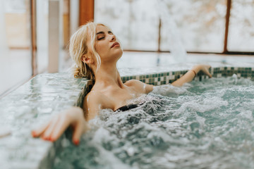 Young woman relaxing in the whirlpool bathtub Fotomurais