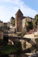 Bourgogne - Côte-d'Or - Sémur-en-Auxois - Vue sur La vieille Tour Margot de l'ancien Donjon et le Pont Pinard le long de la rivière Armançon