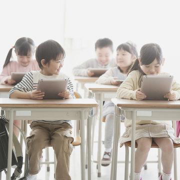 タブレットPCで勉強をする小学生