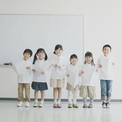 楽譜を持ち微笑む小学生