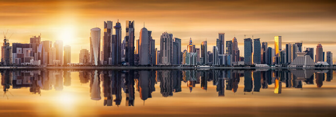 Die Skyline von Doha in Katar bei Sonnenuntergang