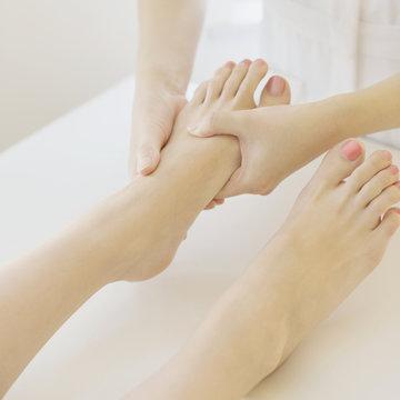 足のマッサージを受ける女性の足元