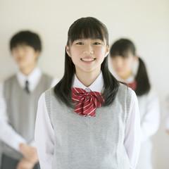 微笑む中学生