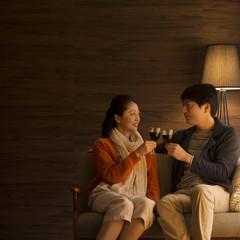 ワインで乾杯をするミドル夫婦