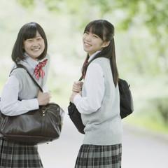 新緑の中で微笑む2人の女子学生