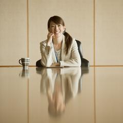 会議室で微笑むビジネスウーマン